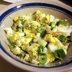 Яичный салат с зелёным луком и крекерами
