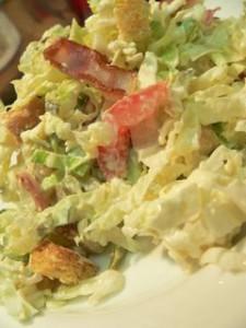 Салат из капусты с рисом и беконом