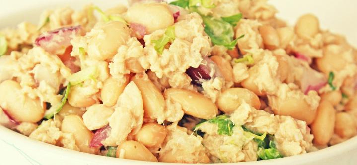 Салат из фасоли с консервированным лососем