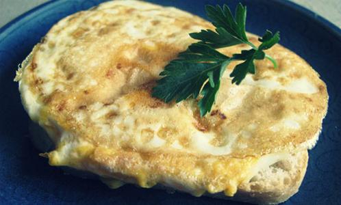 Омлет с белым хлебом и сыром