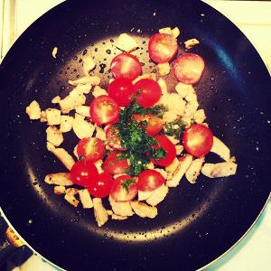 Паста с курицей, томатами и авокадо