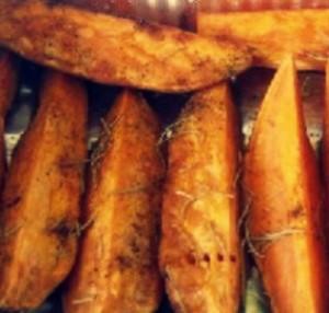 Печеные дольки из батата с чили и чесноком