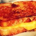 Запеченный бутерброд с сыром и мясом