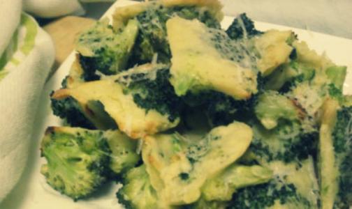 Запеченная брокколи с чесноком и пармезаном