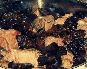 Свинина, тушенная с черносливом и луком