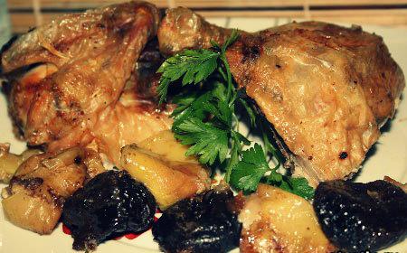 Курица с черносливом и яблоками