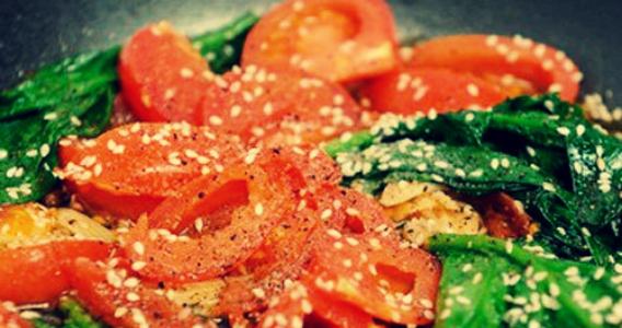 Шпинат с помидорами и чесноком