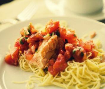 Паста со слабосоленым лососем в томатно-сливочном соусе
