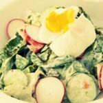 Весенний салат с редисом и яйцом пашот — Рецепт