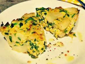 Фриттата со шпинатом, луком и картофелем