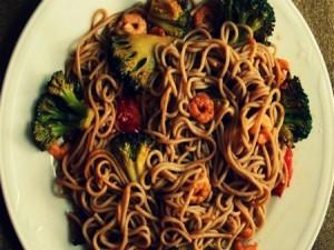 Гречневая лапша с креветками, брокколи и помидорами черри