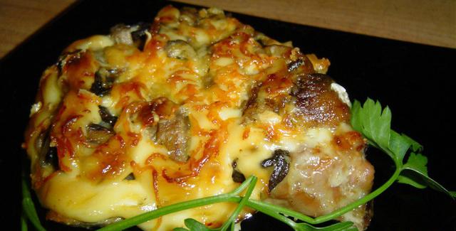 Свиные эскалопы с грибами и сыром