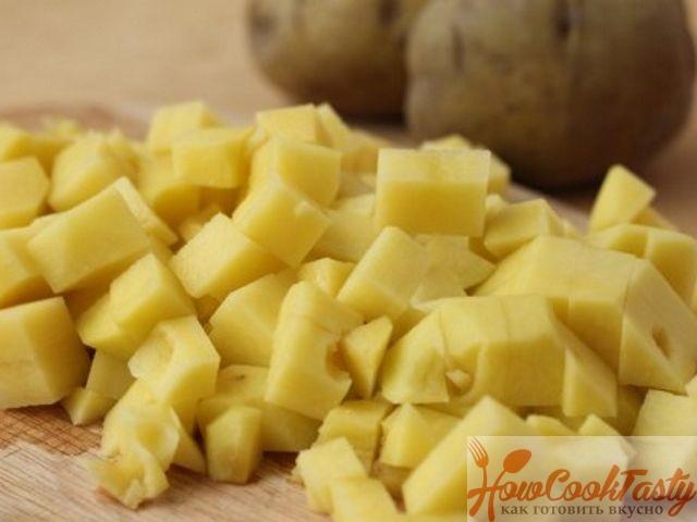 Картофель режем на кубики