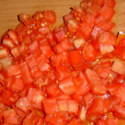 Нарезаем томат на кубики