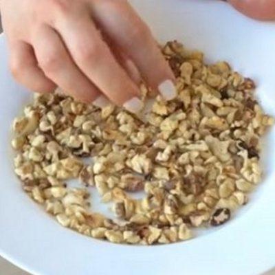 орехи в тарелке