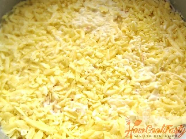 Посыпаем сыром и смазываем майонезом