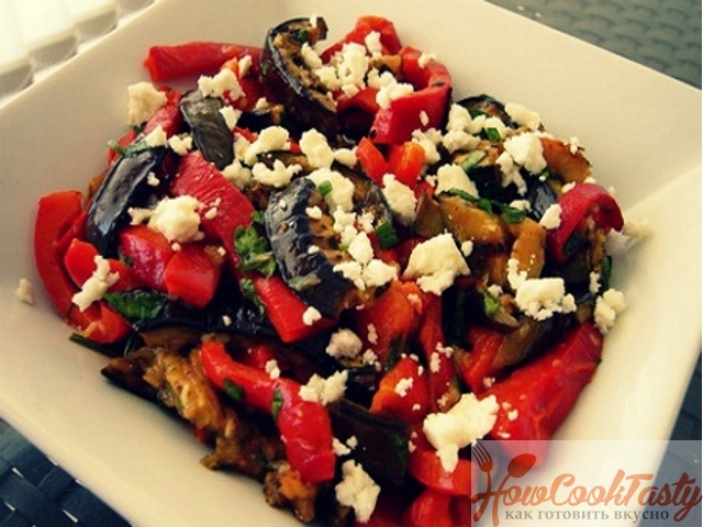 Теплый салат с баклажанами, болгарским перцем и сыром фета