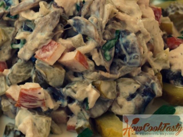Салат из курицы с шампиньонами и маринованными огурцами