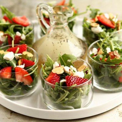 Салат из рукколы, клубники и пармезана