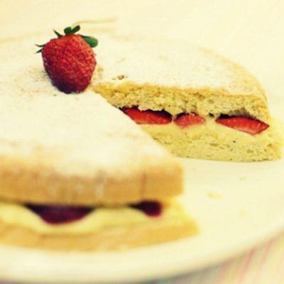 Бисквитный торт с клубникой - Рецепт