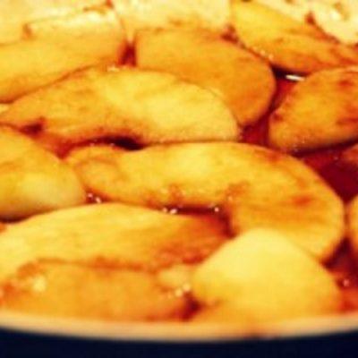 Карамелизованные яблоки в сливочном соусе