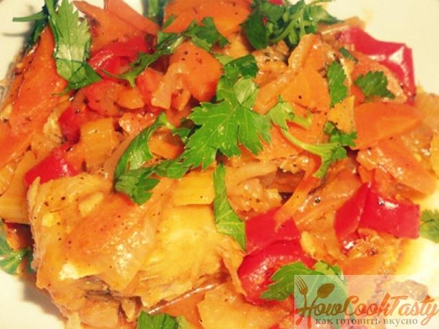 Тушеная семга с овощами
