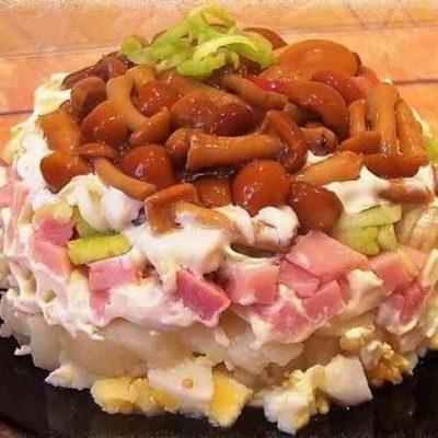 Салат с маринованными грибами и ветчиной