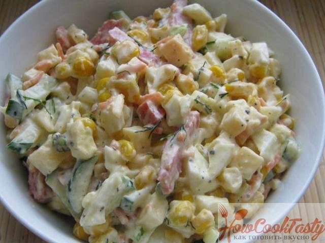 Сырный салат с колбасой