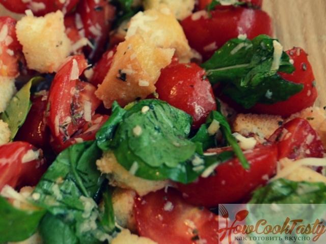 Салат с рукколой, черри, сухариками и кунжутом