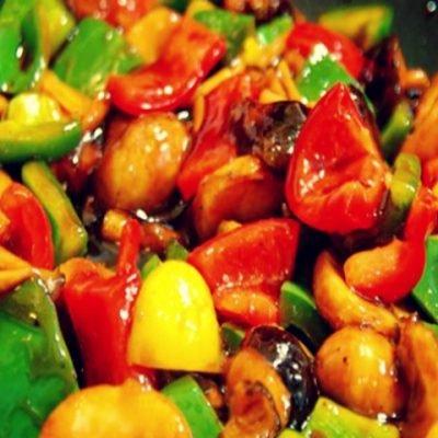 Грибы с овощами жареные в воке