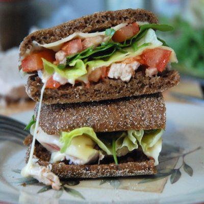 Сэндвич с индейкой, сыром и рукколой