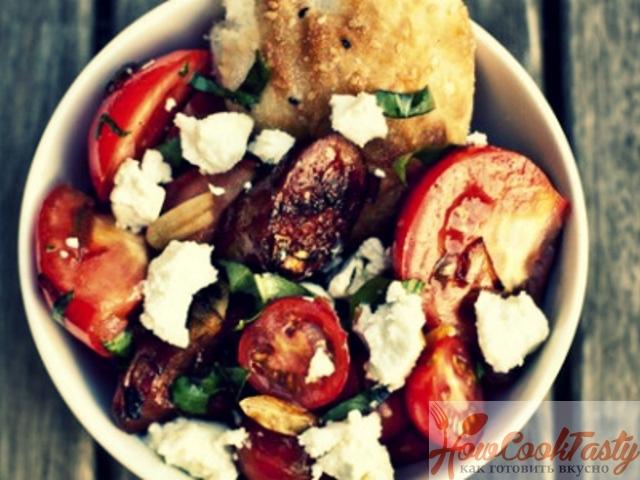 Салат из томатов с козьим сыром
