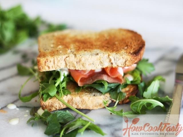 Открытый сэндвич с красной рыбой