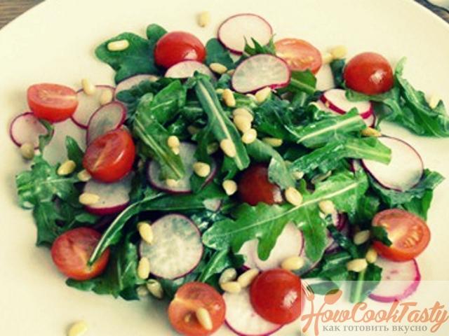 Зеленый салат с томатами и редисом