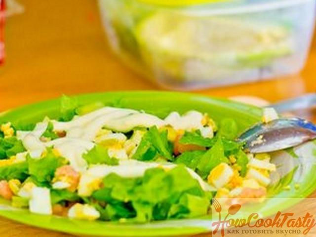 Смешать яйца, салат и креветки
