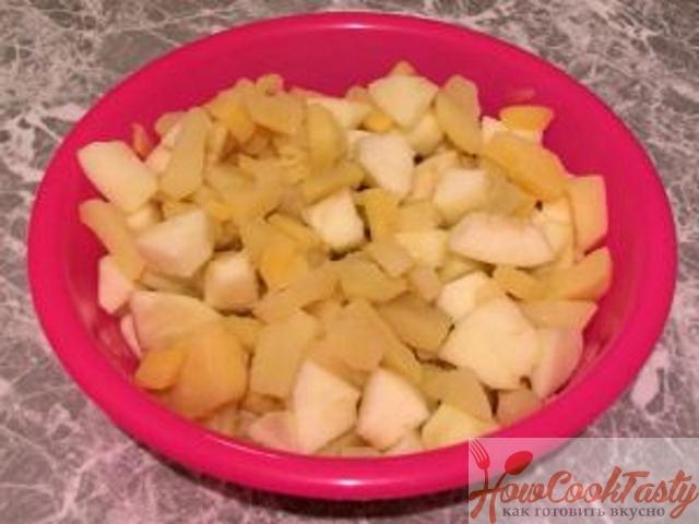 Смешать картошку и яблоки