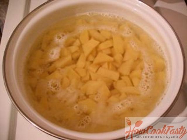 Сварить и обжарить картошку