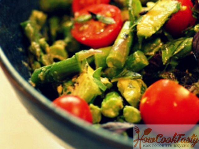 Салат из спаржи с овощами
