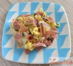 яичница с сыром и колбасой